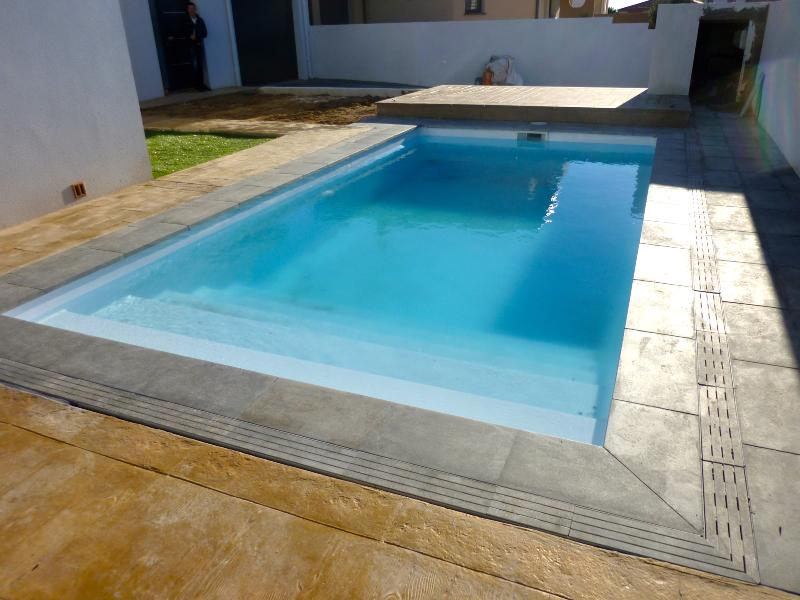 Piscine coque polyester hors sol semi et enterr e for Piscine coque carre