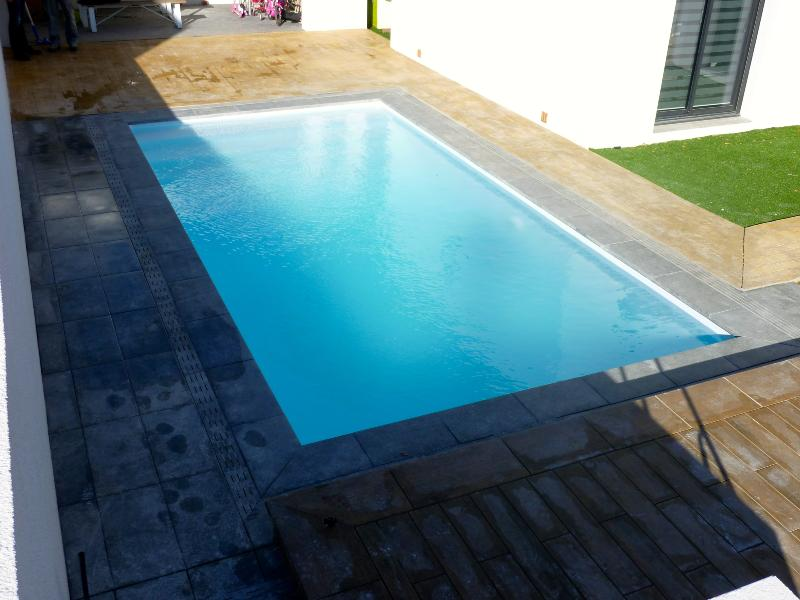 Piscine coque polyester rectangulaire space 750 avec bloc for Coque jacuzzi polyester